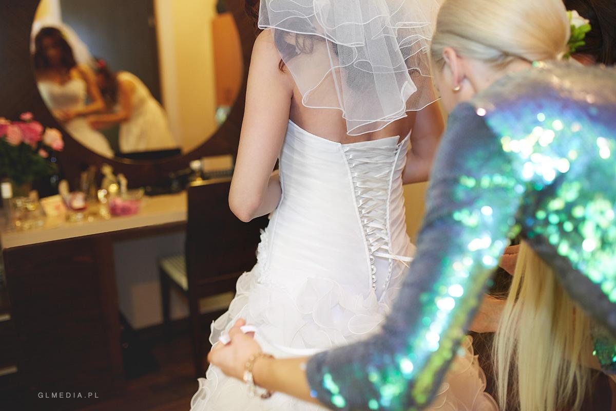więzanie sukni ślubnej hotel