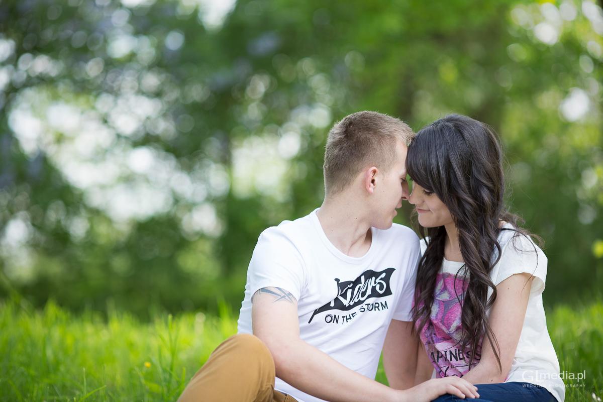 Sesja narzeczeńska miłość romatyczna