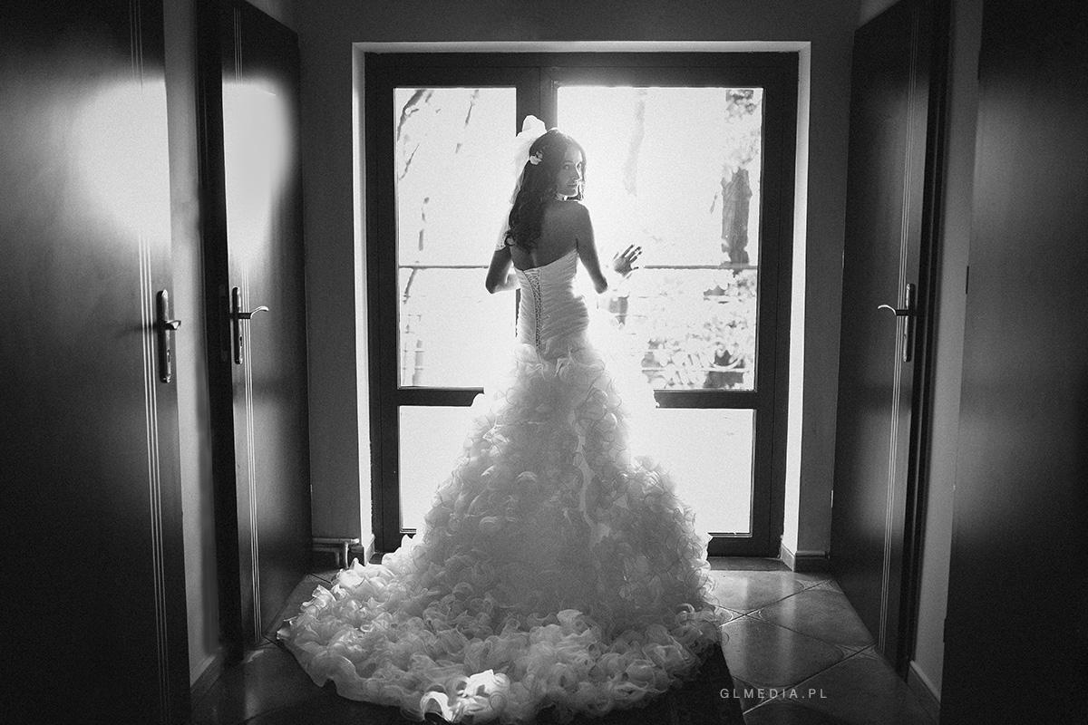 suknia ślubna falbany zdjęcie w oknie