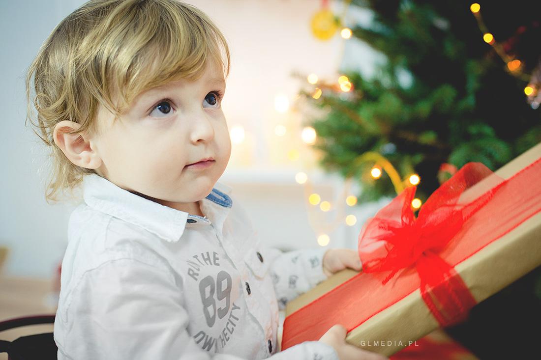świąteczna sesja zdjęciowa prezent z czerwoną kokardą