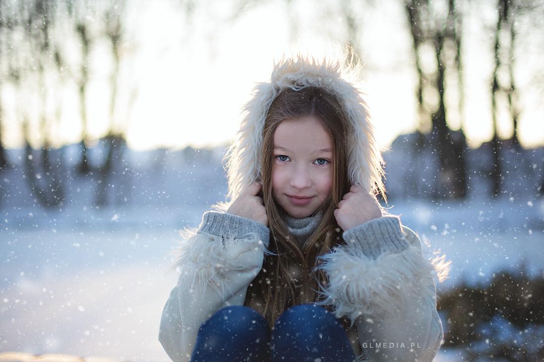 zimowa sesje w plenerze ze śniegiem w tle