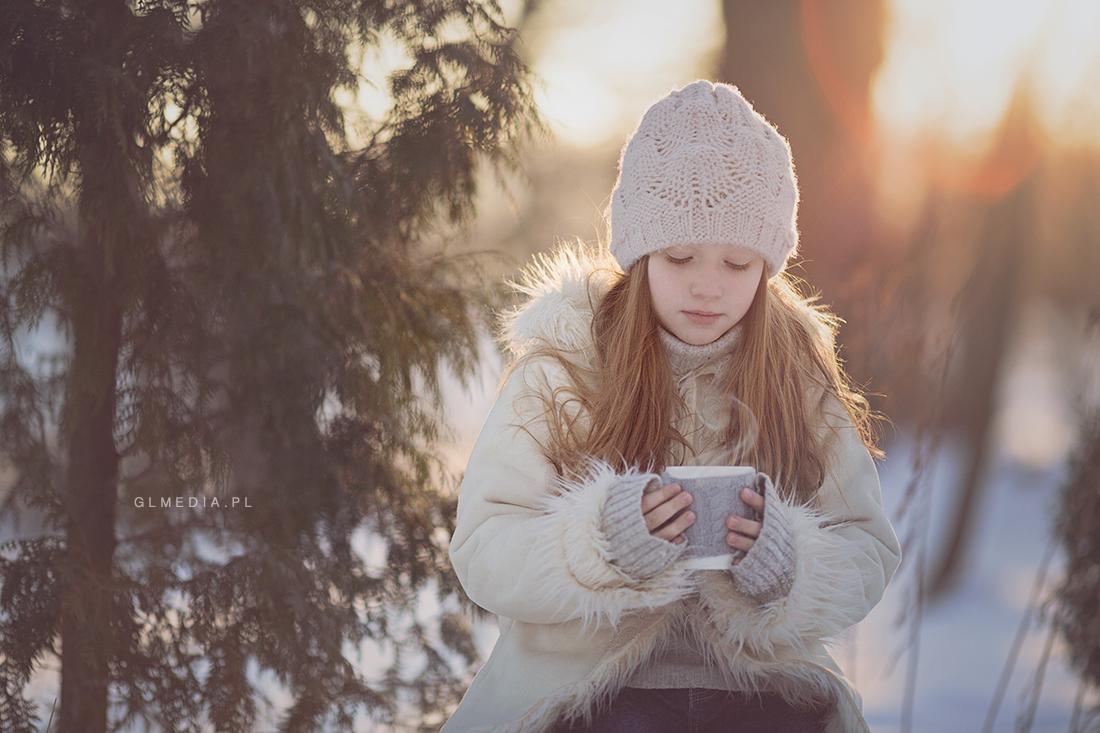 fotografia plener zimowy przy kubku ciepłej czekolady