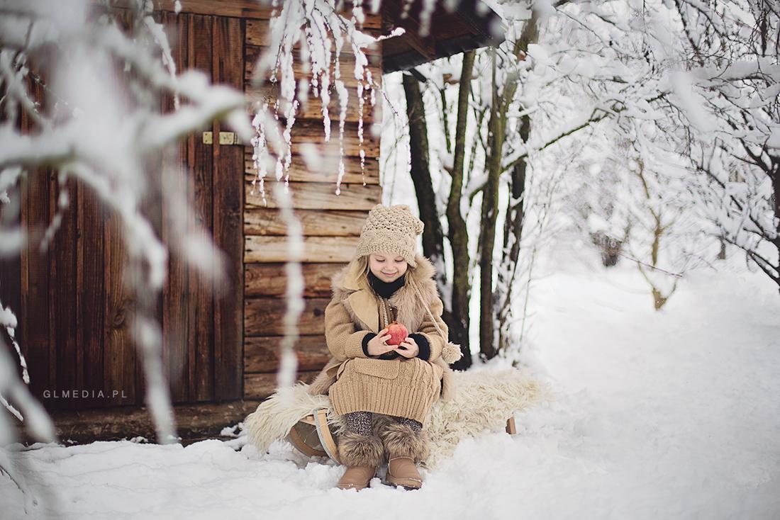 zimowo przed szopą w lesie