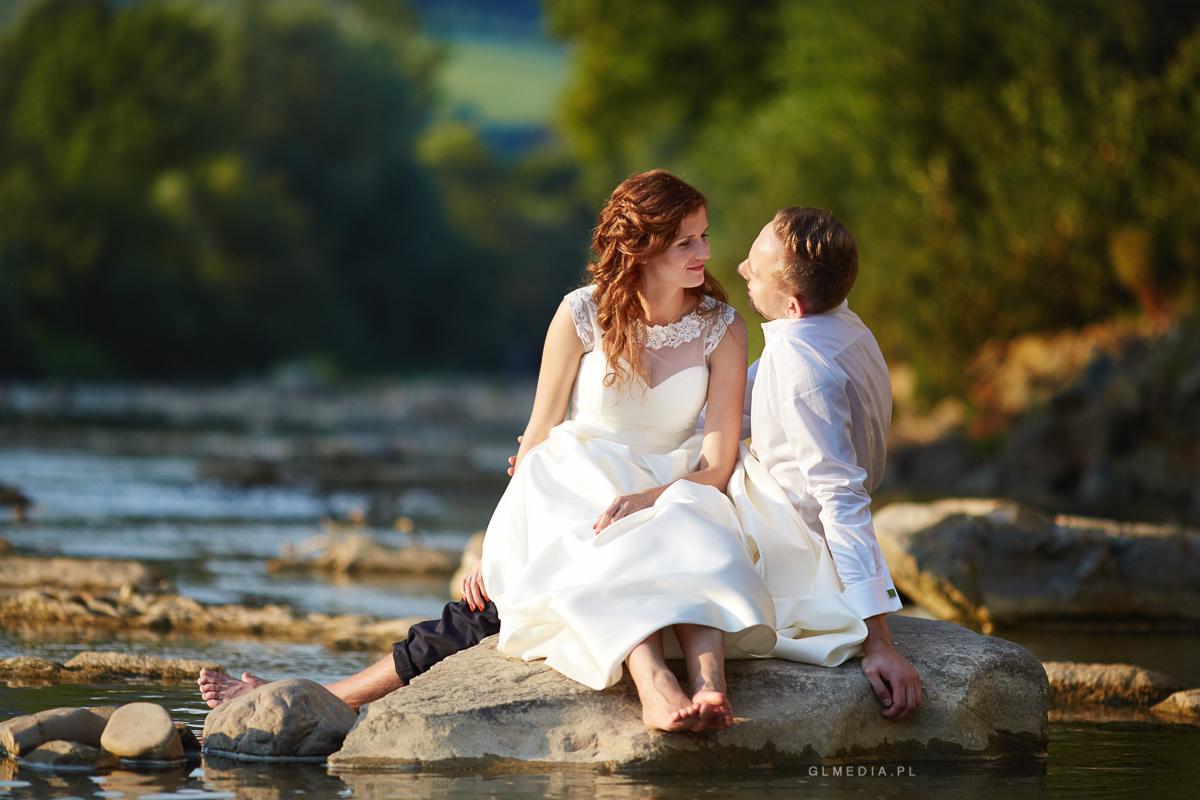 Plener ślubny w rzece