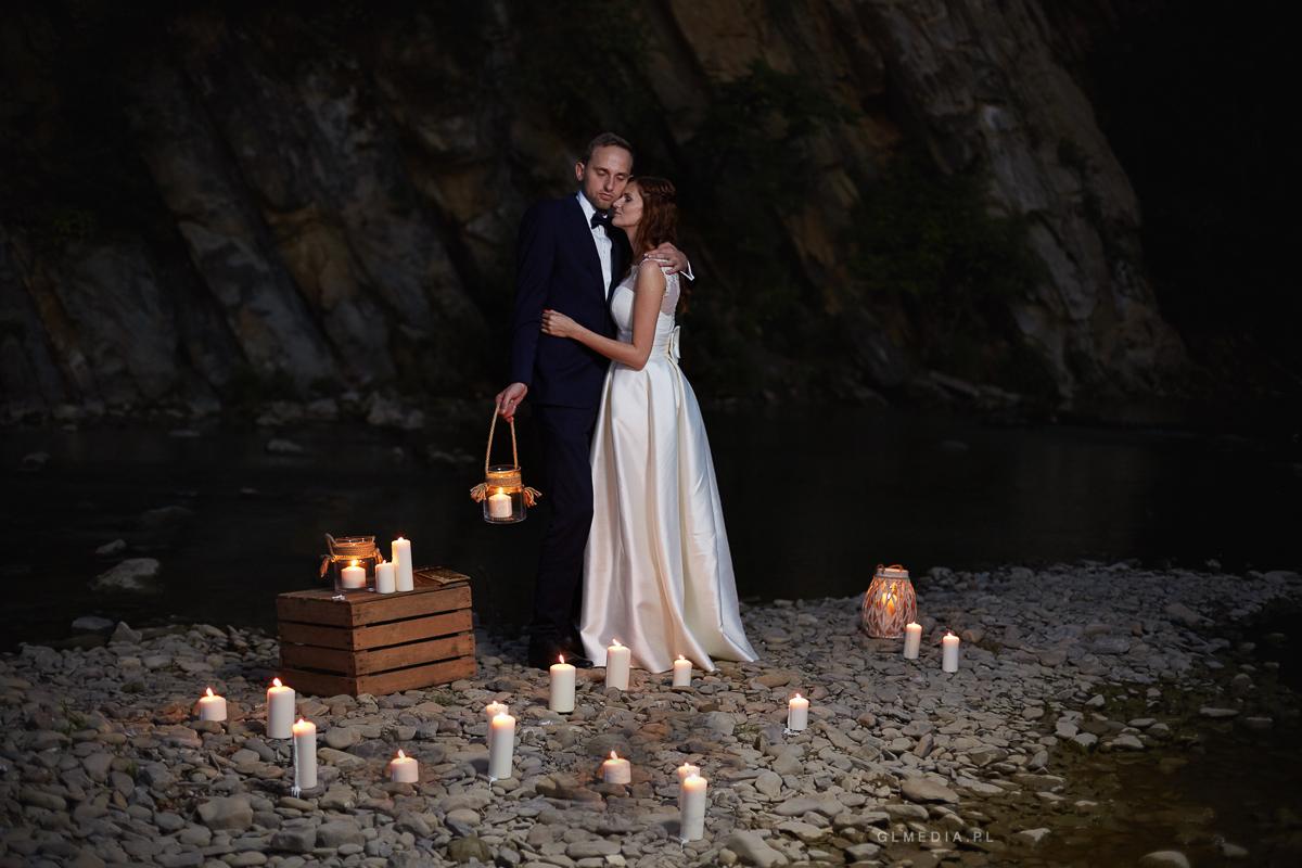 Plener ślubny rzeka i świece